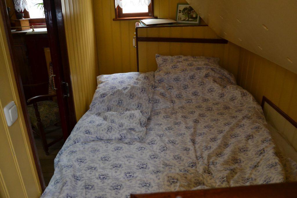 Het knusse tweepersoonsbed. Het is mogelijk een bed erboven naar beneden te klappen, zodat er een derde bed beschikbaar is.